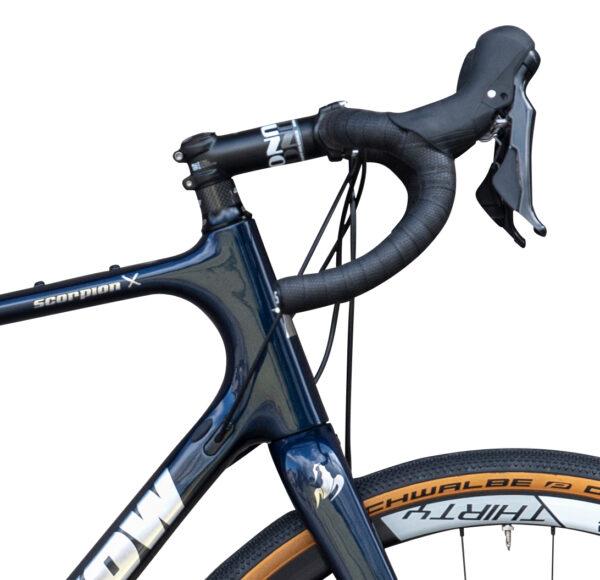 Scorpion Carbon Monocoque Gravel Bike von Sport Hrinkow Lenker